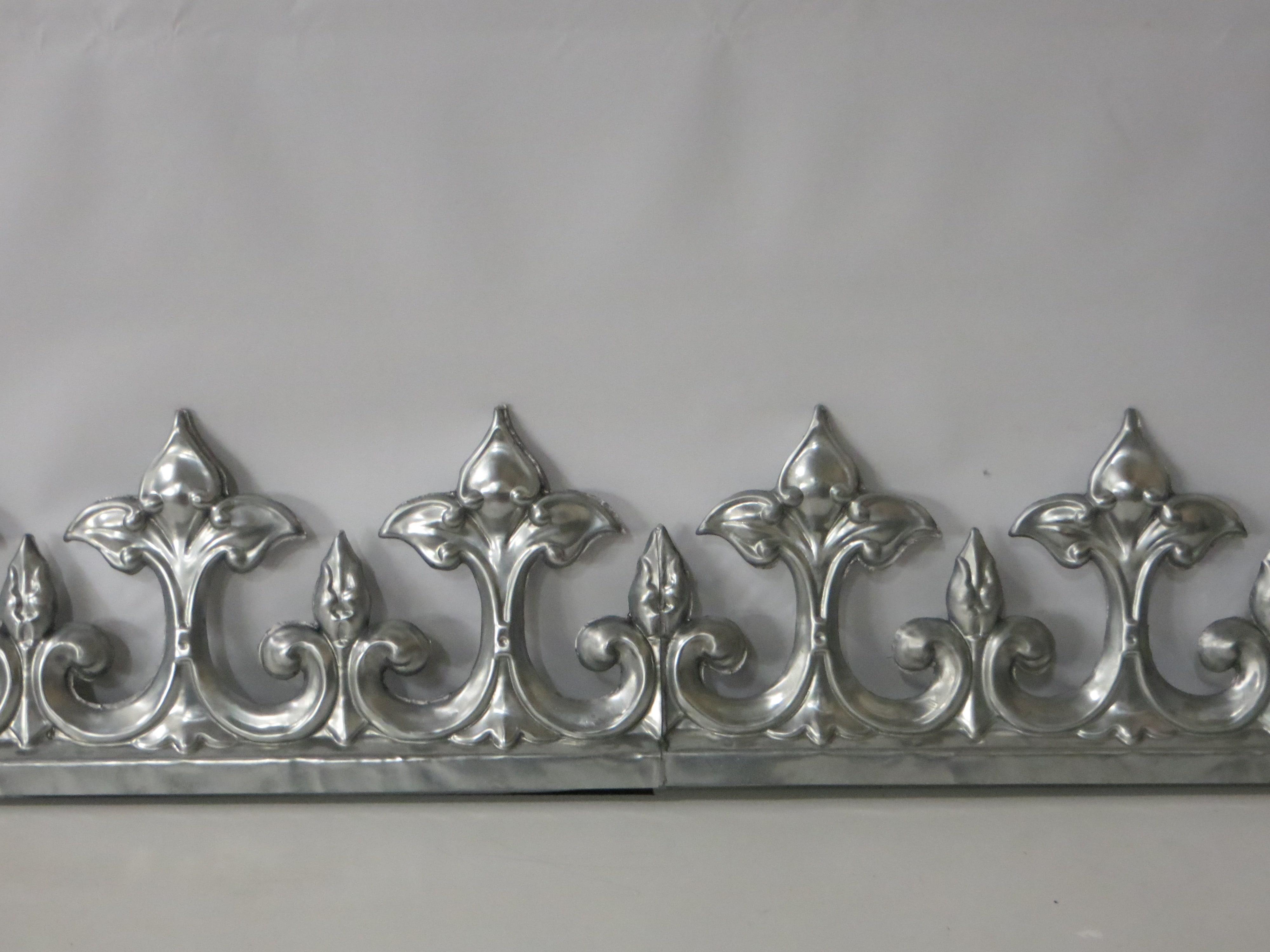 Faitage double estampé en zinc naturel. Référence: F4 / Hauteur : 370mm