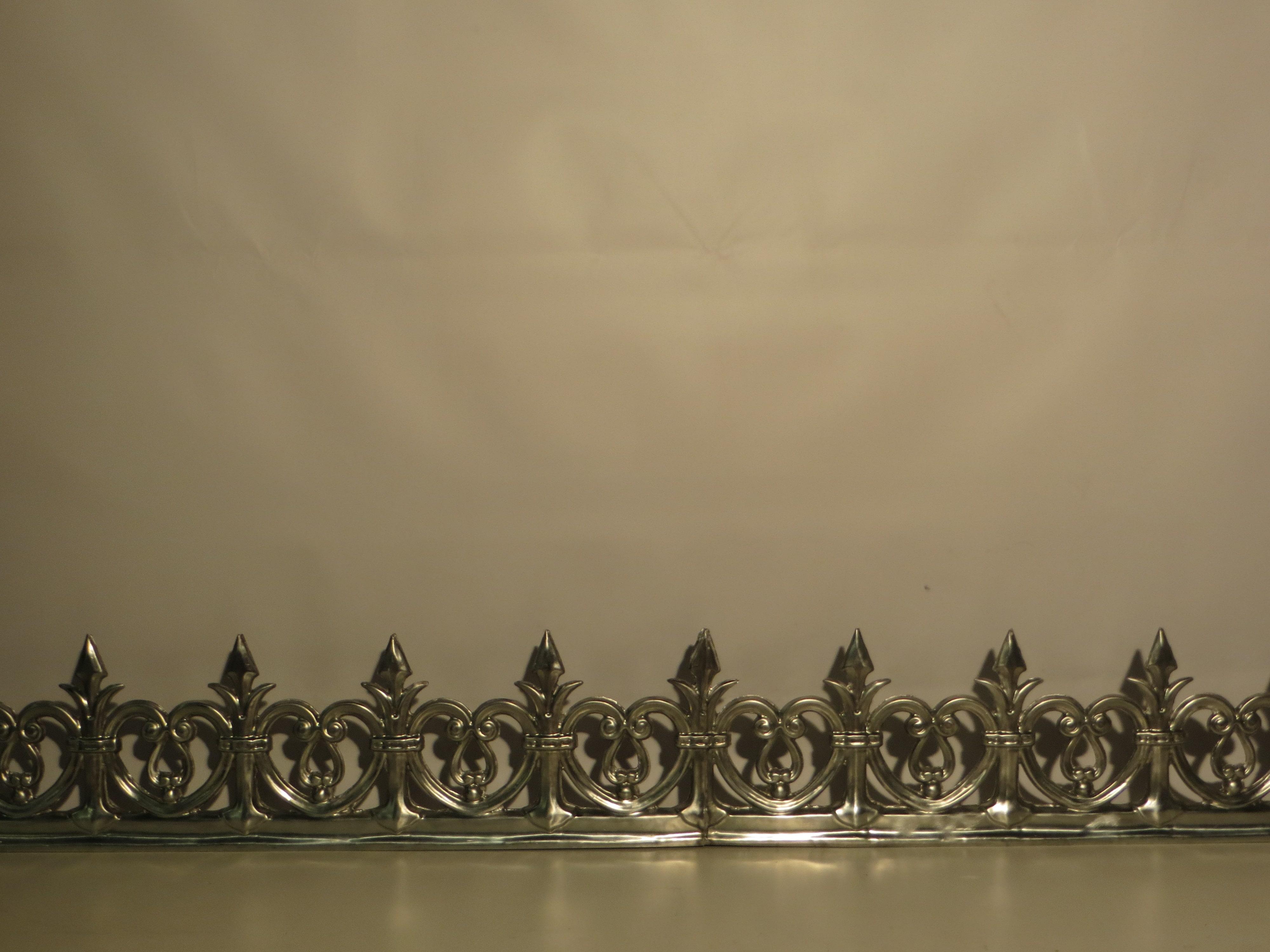 Faitage double estampé en zinc naturel. Référence: F5 / Hauteur : 270mm